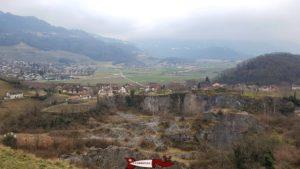 Le village de Saint-Triphon avec la carrière de pierre - château de Saint-Triphon