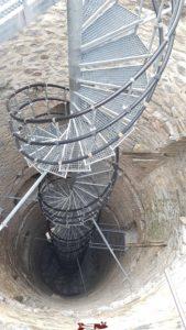 Les escaliers métalliques en colimaçon dans le château de Saxon.
