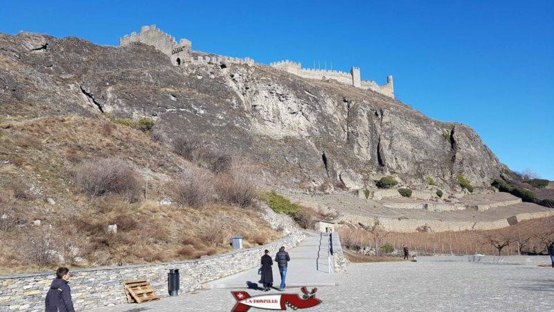 Le château de Tourbillon depuis le bas de la colline