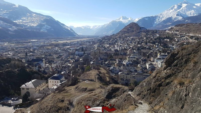 Vue sur la ville de Sion depuis le château de Tourbillon avec au premier plan le château de la Majorie.