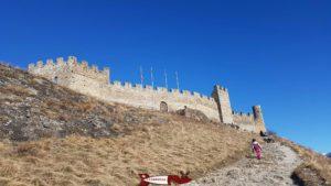 Le château de Tourbillon depuis le portail d'entrée