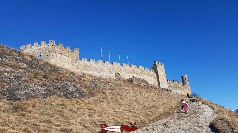 Le château de Tourbillon sur sa colline est un emblème de la ville de Sion. Un petit chemin en forte pente permet de la visiter.