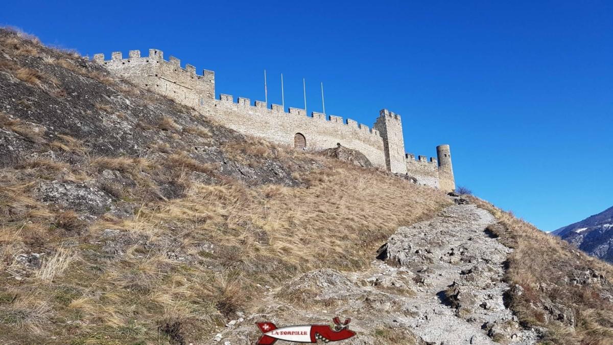 Le chemin escarpé menant au château de Tourbillon.