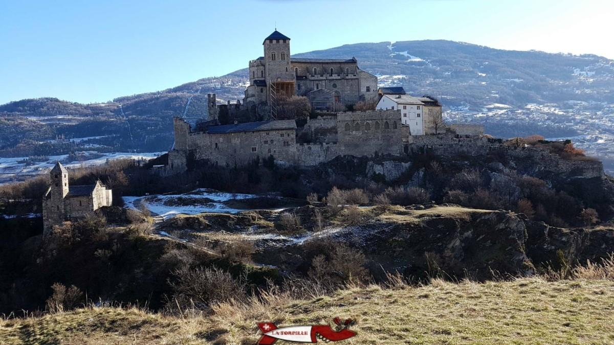 La basilique fortifiée de Valère en face de Tourbillon.