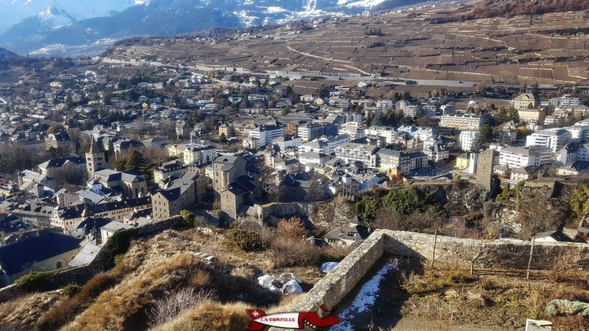 La ville de Sion avec le château de la Majorie au premier-plan.
