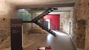 Les escaliers qui descendent depuis la réception et qui permettent de se rendre côté Est ou côté Ouest du musée d'histoire du Valais à Sion..
