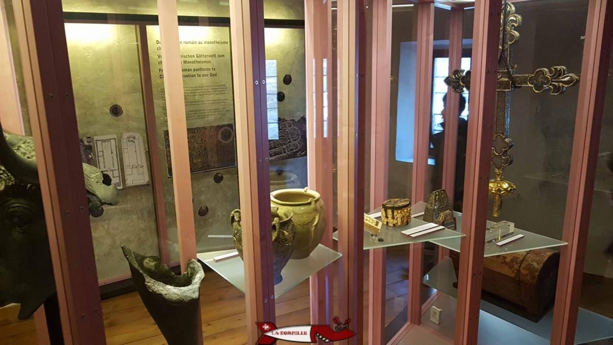 Des objets datant de la période romaine à l'intérieur du musée historique du valais