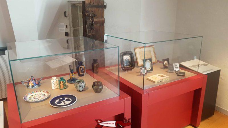 Des objets historiques de la région de Nyon dans des vitrines.
