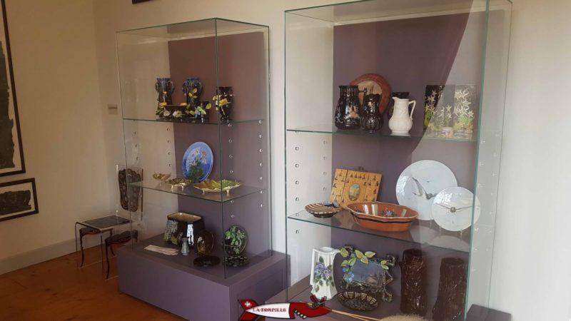 Des vitrines présentant des objets en porcelaine dans le château de nyon