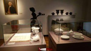une des salles du château de Nyon expostant des porcelaines