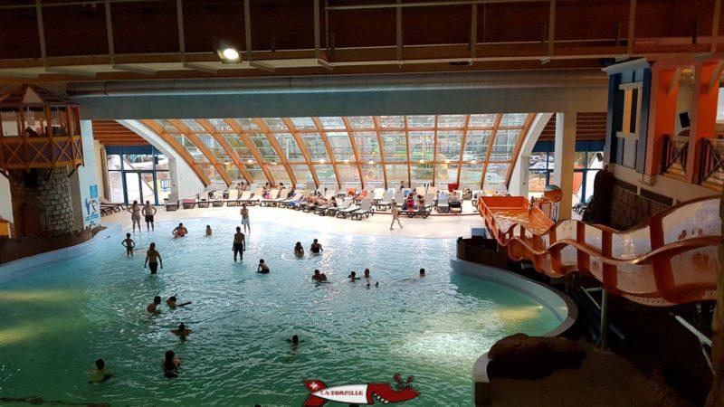 La piscine à vagues d'aquaparc avec les chaises longues en arrière-plan.