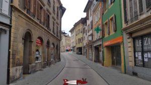Les ruelles étroites de la vieille ville d'Orbe - château d'orbe