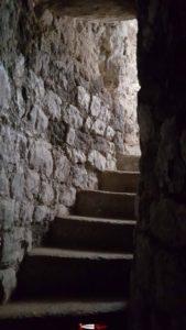 les escaliers en pierre du donjon du château d'orbe