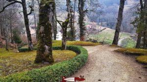 Le chemin menant au château des Clées