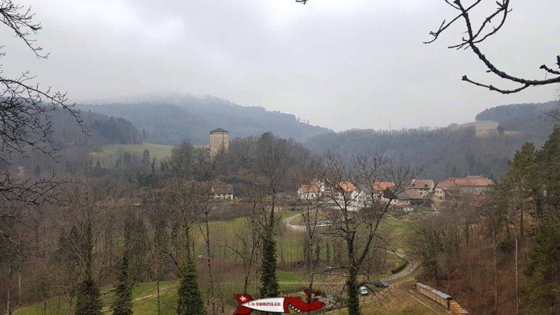 Le Donjon du château des clées et le village des Clées.