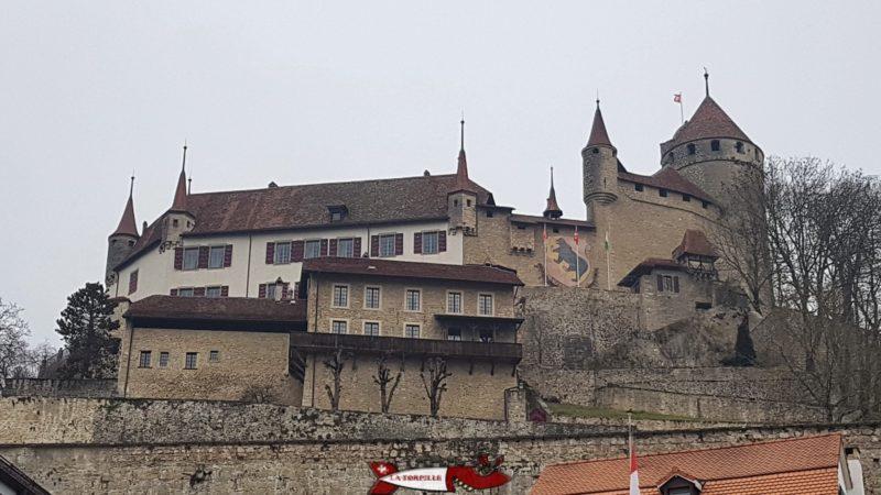 Les Bernois avait l'habitude de dessiner leur écusson sur les château conquis, ici le château de Lucens.