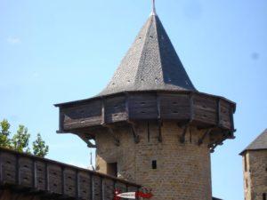 Des hourds ici à Carcassonne en France similaires à ceux qu'on pouvaient trouver au château de Saint-Triphon.