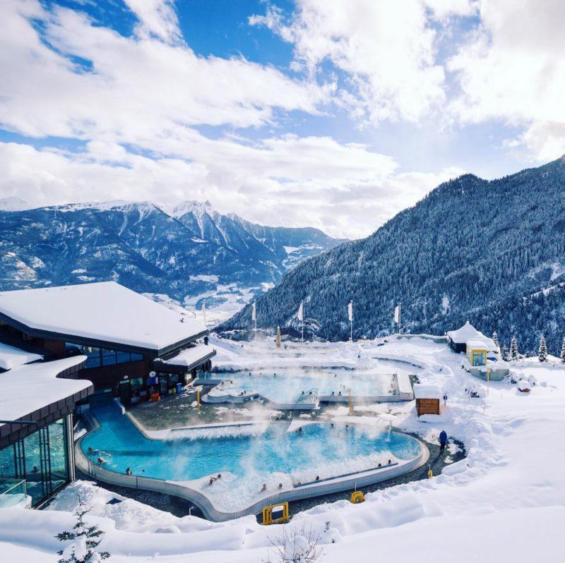 Les bassins extérieurs des bains avec la vue sur les Alpes.