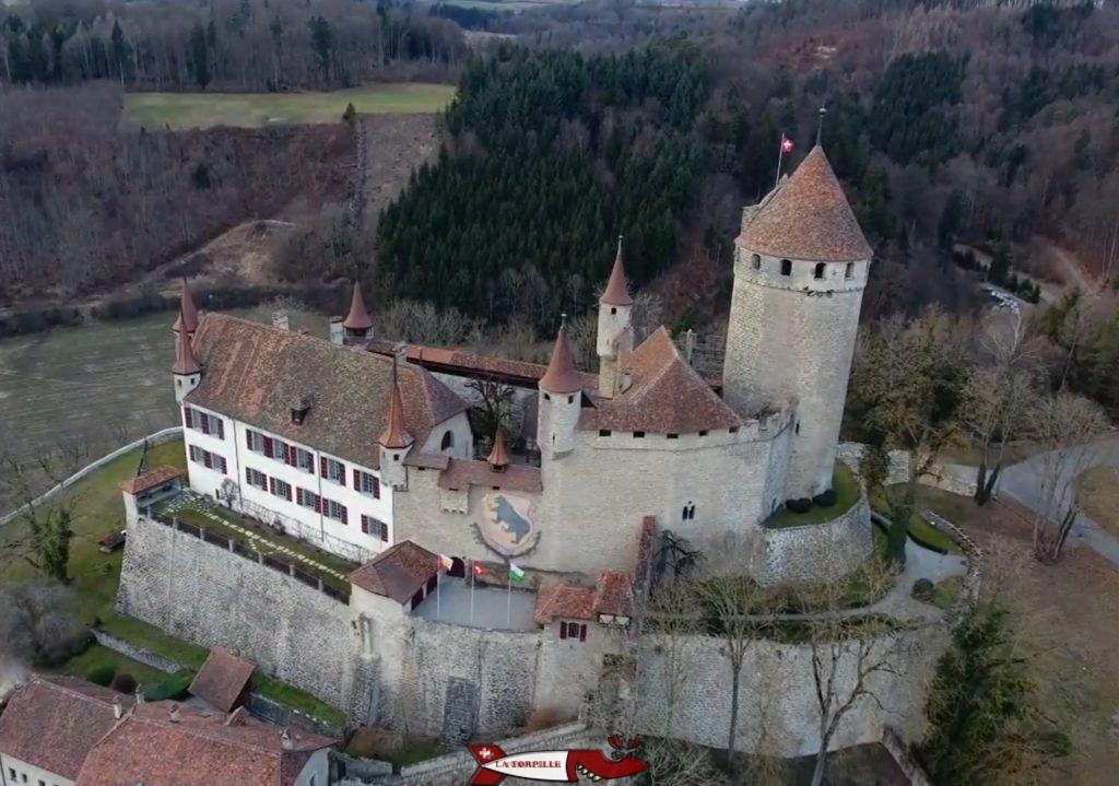 Le château de Lucens sur son éperon rocheux.