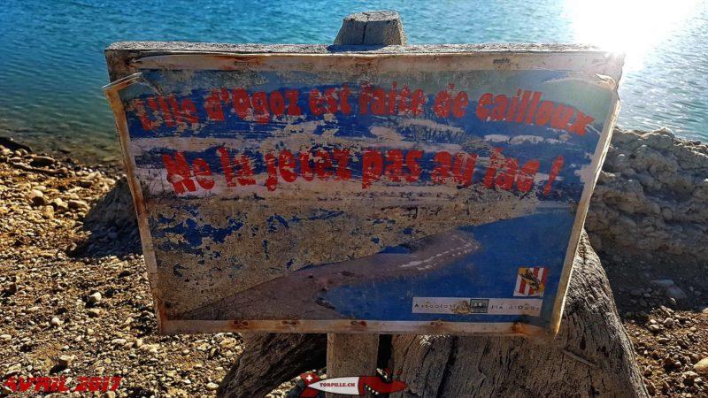Un panneau indiquant de ne pas jeter des cailloux sur ce site fragile - île château d'Ogoz