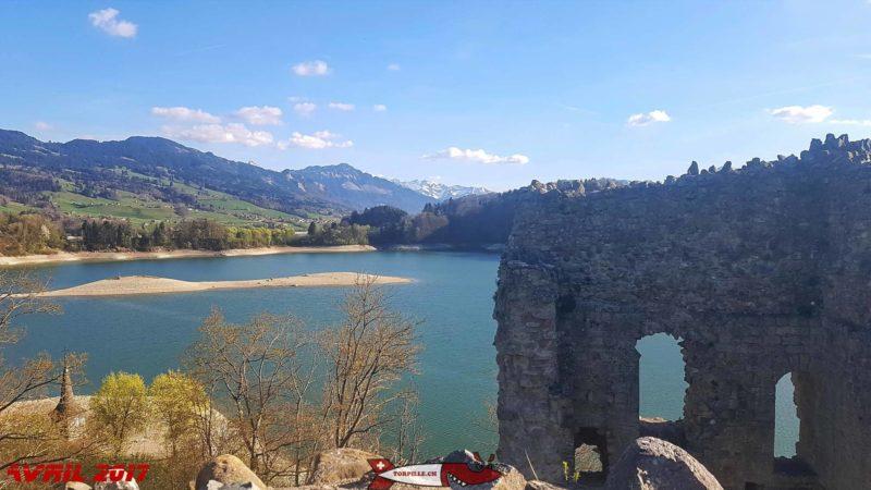 Le lac de la Gruyère formé par le barrage de Rossens vu depuis le haut des ruines du château d'Ogoz.