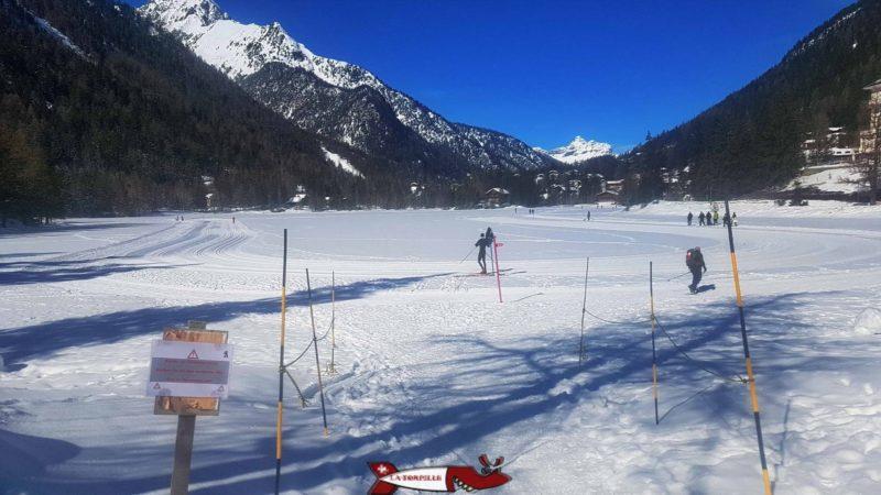 le lac gelé à côté de la piste de luge d'hiver à Champex-lac