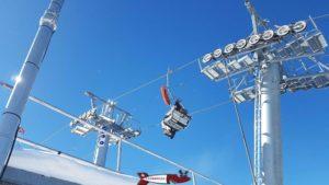 Une luge fixée à un crochet pour le transport sur le le télésiège menant au haut de la piste de luge d'hiver à champex-lac