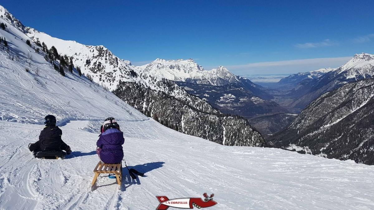 La luge d'hiver à Champex avec une jolie vue sur la vallée du Rhône.