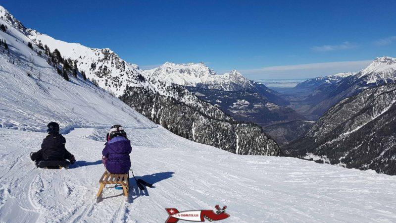 La vue sur la vallée du Rhône depuis la piste de luge d'hiver à Champex-Lac