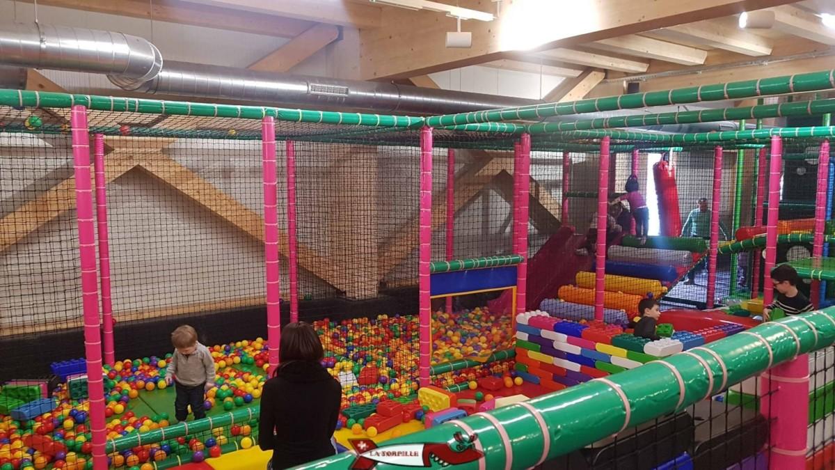 Une zone dédiée aux bébés avec des boules et des structures en mousse à empiler. bowland martigny