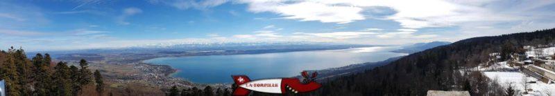 Vue panoramique depuis le belvédère de Chaumont avec les trois lacs et les Alpes.