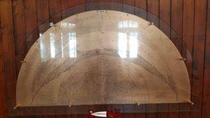 panneau métallique dans la salle d'attente de la gare de Chaumont avec un inventaire complet de toutes les montagnes visibles depuis le belvédère de chaumont