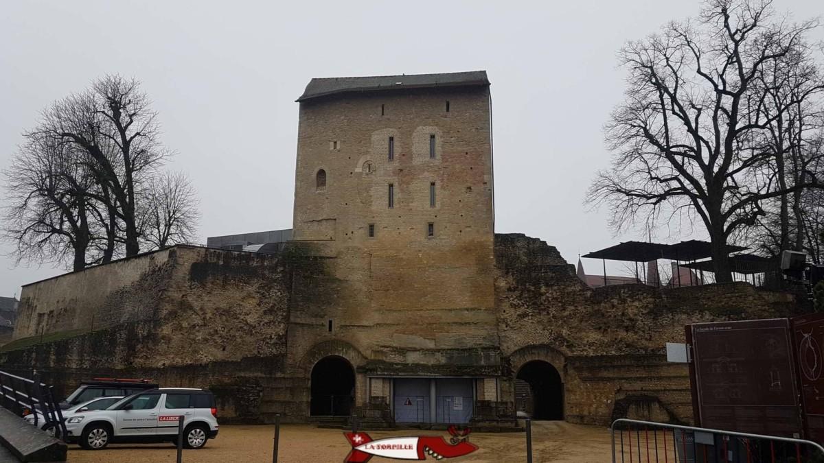 Le tour construite au moyen-âge abritant le musée romain d'Avenches.