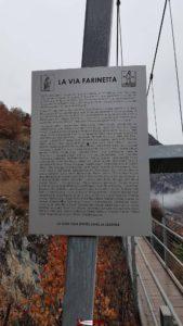 Le panneau en souvenir des donateurs ayant permis la réation de la via ferrata dont Zinedine Zindane ou le Dalaï Lama à côté de la passerelle à Farinet.