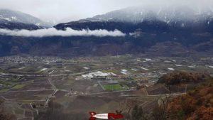 la vue sur la vallée du Rhône et le village de Saillon depuis la passerelle à Farinet.