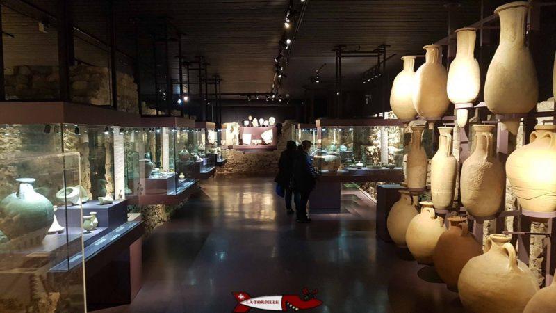 L'intérieur du musée avec des vitrines exposant des objets de la période romain à nyon