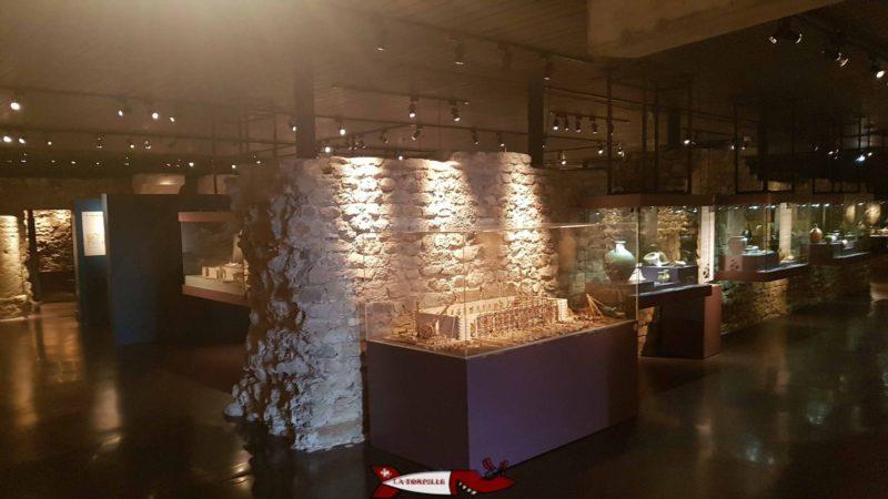Un mur de fondation de l'ancienne basilique romaine dans laquelle le musée romain de nyon est construit.