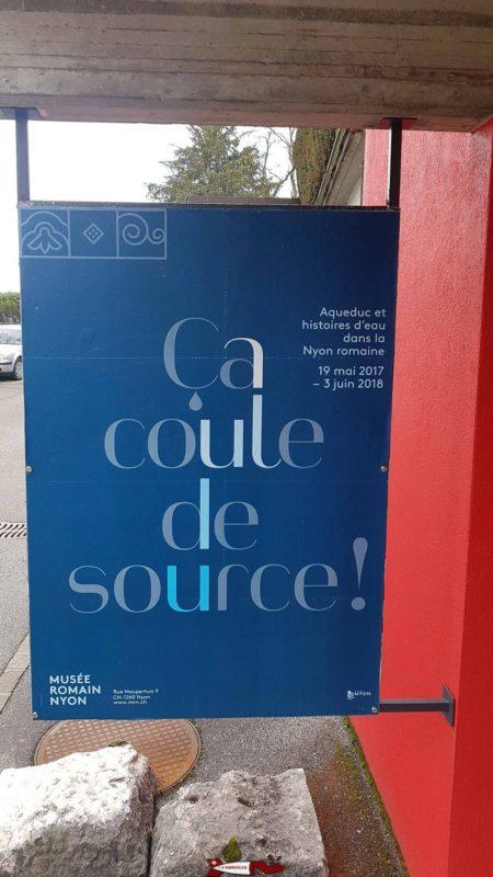 """Une affiche publicitaire pour l'exposition temporaire """"ca coule de source""""."""