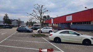 Parking devant et derrière l'entrée totem escalade Gland