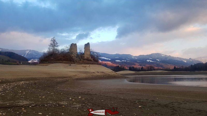 L' île d'Ogoz au début de l'année avec le niveau du lac très bas - île et château d'Ogoz