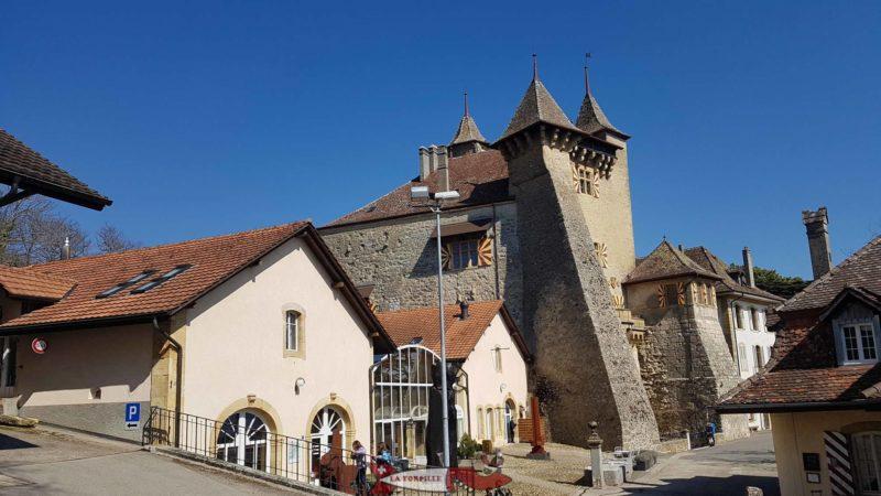 Le château de Vaumarcus avec son contrefort.