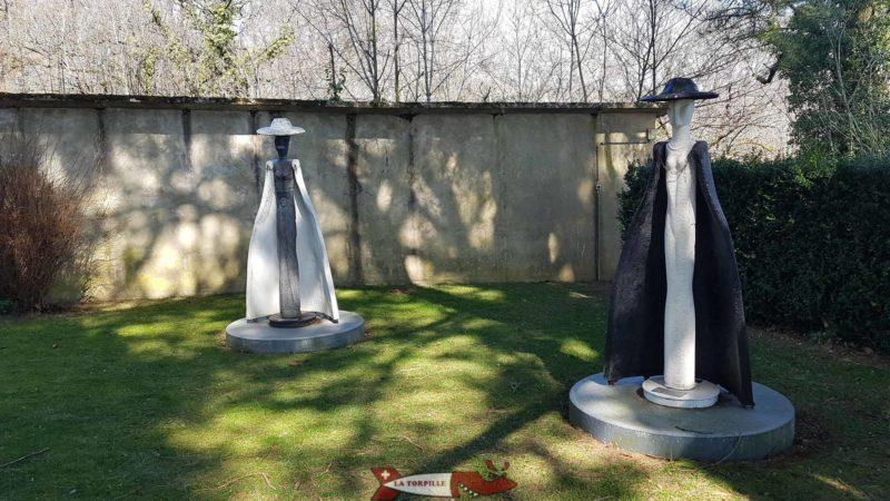 sculptures sur la terrasse à côté du château de vaumarcus