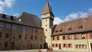 Cour du château de Colombier avec le donjon