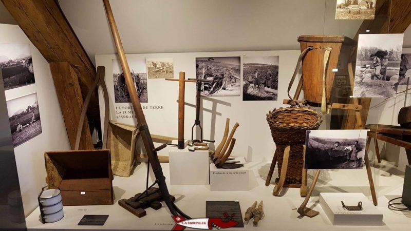 Des outils pour travailler la vigne présentés au musée de la vigne et du vin dans le château de Boudry