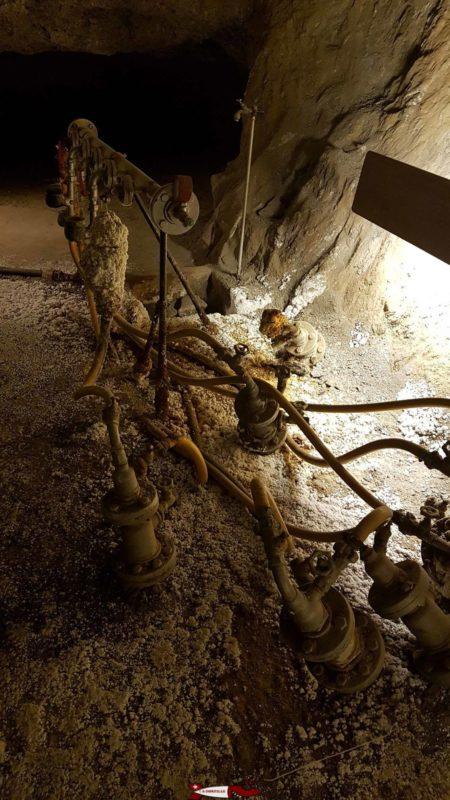 De nos jours le rinçage de la roche se fait par injection d'eau dans le rocher, la saumure redescend par gravité.
