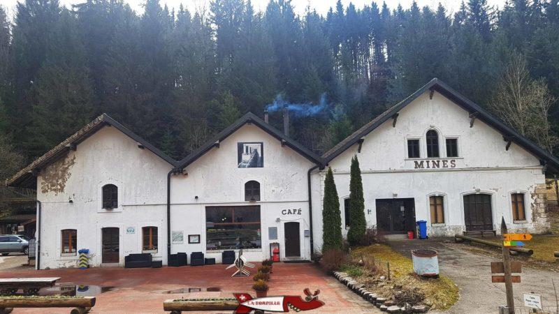 Le café au niveau du bâtiment central des mines de travers