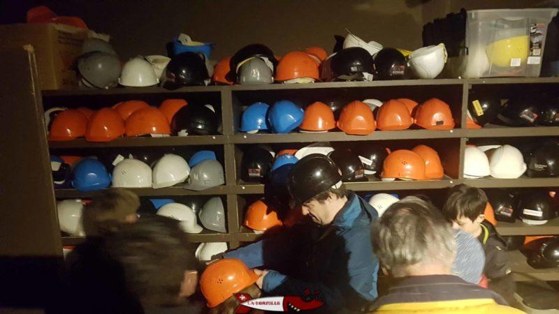 Les casques pour la visite de la mine d'asphalte de travers