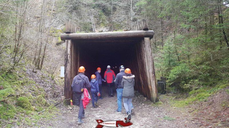 l'entrée des mines d'asphalte de travers
