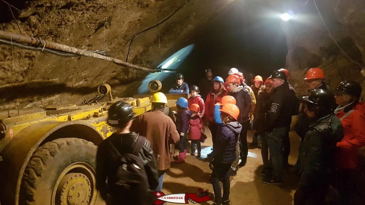 Une visite guidée des mines d'asphalte de Travers dans le canton de Neuchâtel.