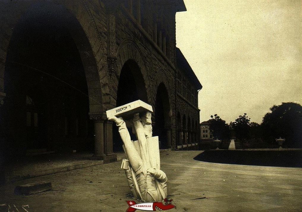 Une étonnante statue d'Agassiz tombée à terre suite au tremblement de terre en Californie en 1906.